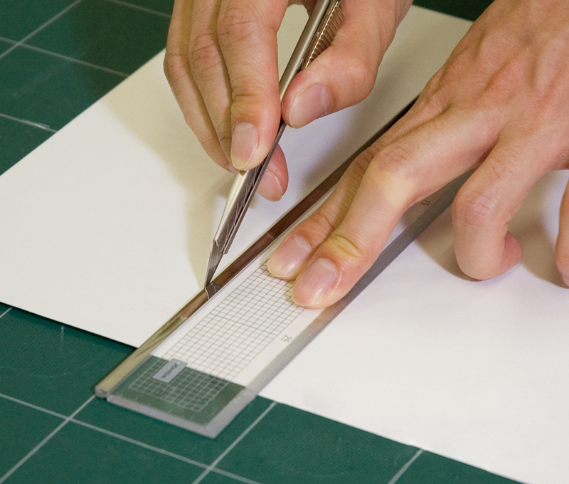 Using a cutter (Use the side with the cutting edge)